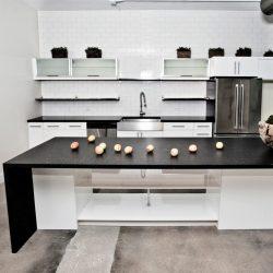 kuchnia-bialo-czarna-z-kwarcytowym-blatem-1024x1024